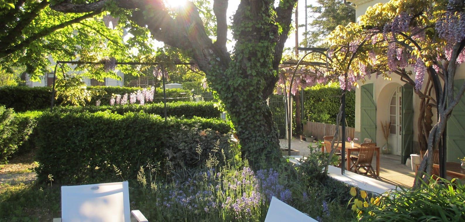 Tuin chambre d hote en gites met zwembad bij Nederlanders Haute Provence, Zuid Frankrijk
