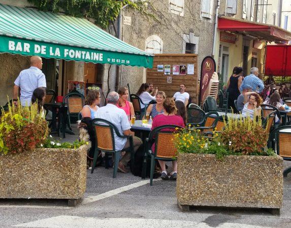 Terrasje pikken in Ribiers, Bar de la Fontaine; 6 minuten vanaf BnB en Gites Les Glycines